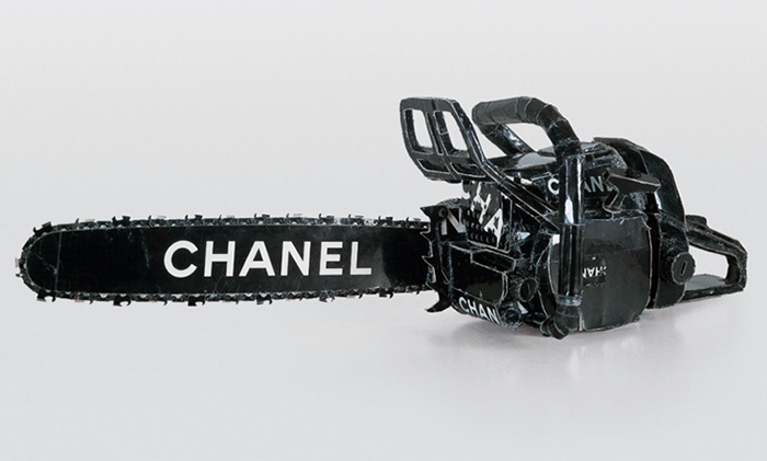 "Tom Sachs, ""Chanel Chain Saw"", 1996, cartón y adhesivo."