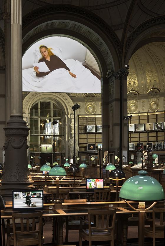 """Sophie Calle, vista de la  exposición """"Prenez soin de vous"""", 2008."""