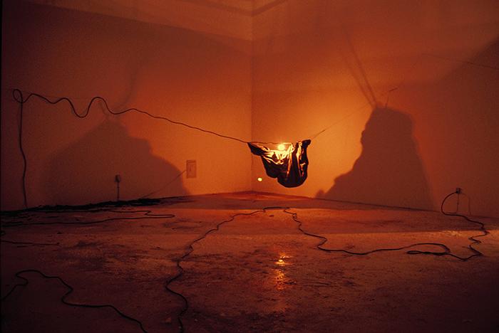 """Artur Barrio, """"O sonho do arqueólogo"""", 1982, instalación."""