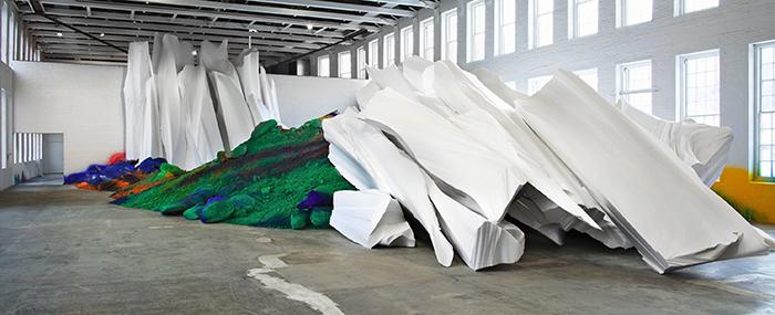 """Katharina Grosse, """"One Floor Up More Highly"""", 2010, intervención con acrílico sobre  plástico reforzado con fibra de vidrio, tela, madera, tierra y espuma de poliuretano."""