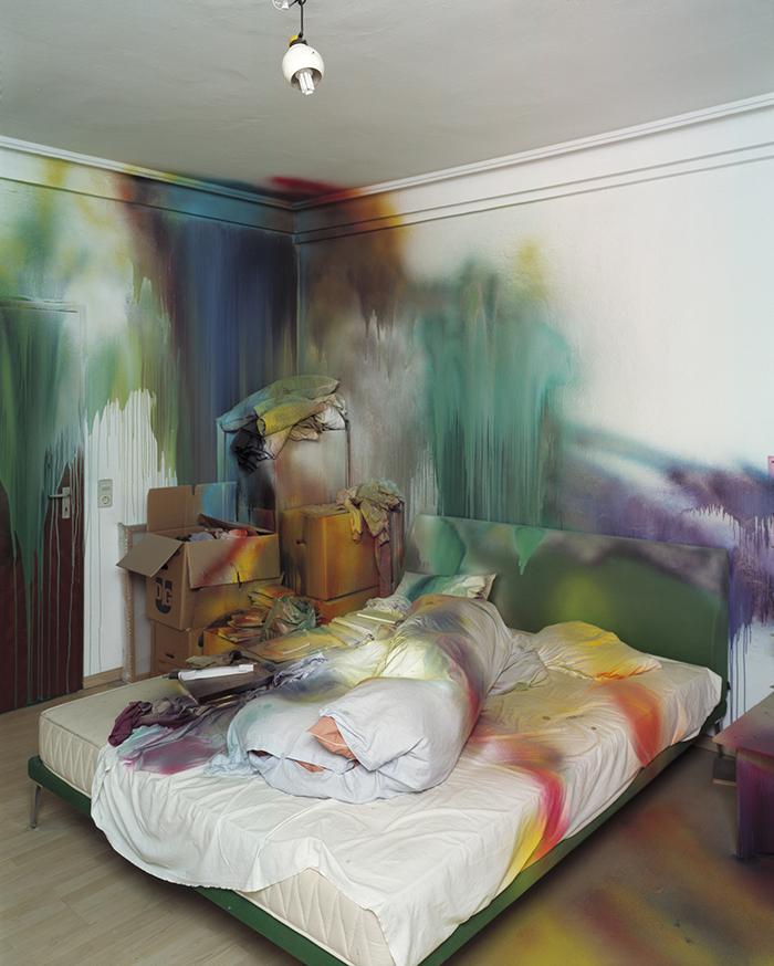 """Katharina Grosse, """"Sin título"""", 2004,Katharina Grosse, """"Sin título"""", 2004, intervención con pintura acrílica."""