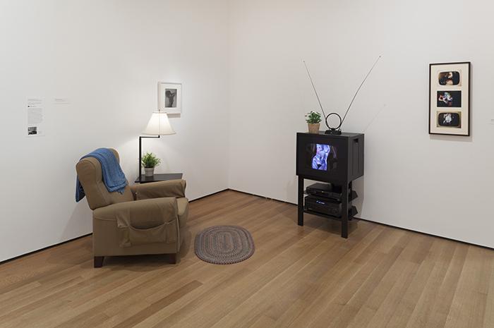 """Robert Heinecken, """"TV / Time Environment"""", recreación de la instalación de 1970, transparencia en blanco y negro original y ambiente recreado."""
